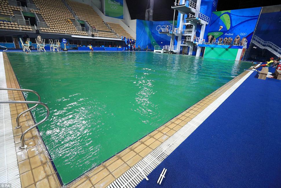Вода в бассейнах для ныряния обычно на 5-10 градусов теплее, чем в стандартных плавательных бассейна