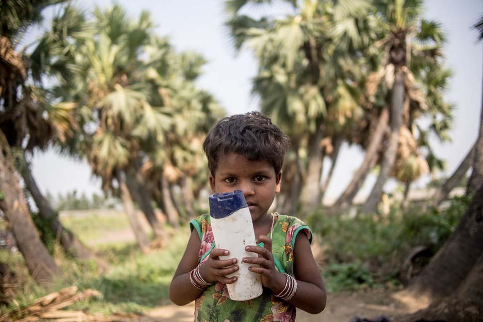 Индия, семья с доходом 29 долларов на взрослого в месяц. Любимая игрушка — пластиковая бутылка.
