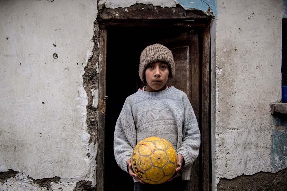Боливия, семейный доход — 254 доллара на взрослого в месяц. Любимая игрушка — футбольный мяч.