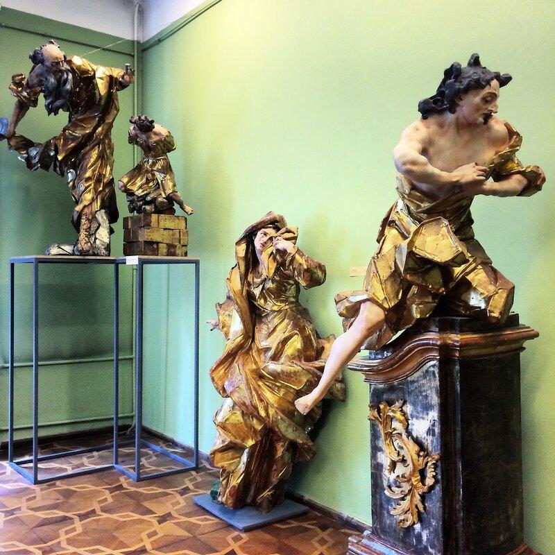 Скульптуры И. Пинзеля в картинной галерее