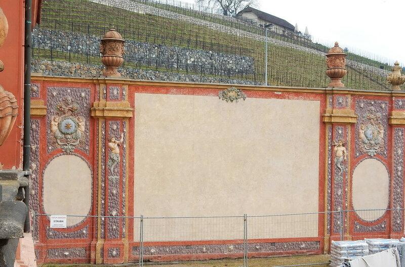 Идет реставрация ограды