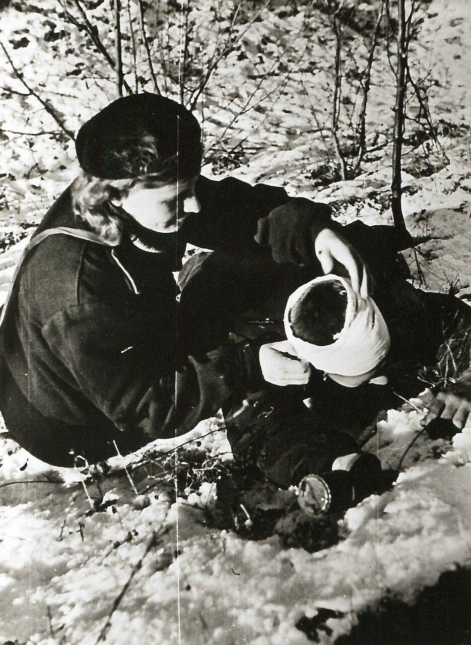 1943. Фельдшер оказывает первую медицинскую помощь во время боевых действий на Малой Земле