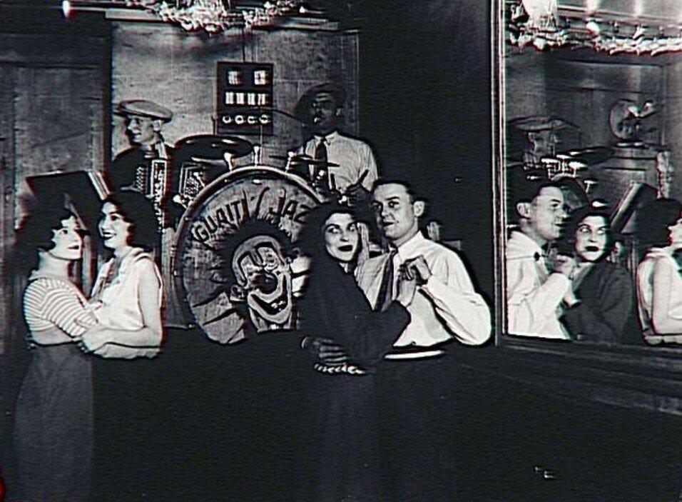 1932. Пары и оркестр на танцполе «Четыре сезона»