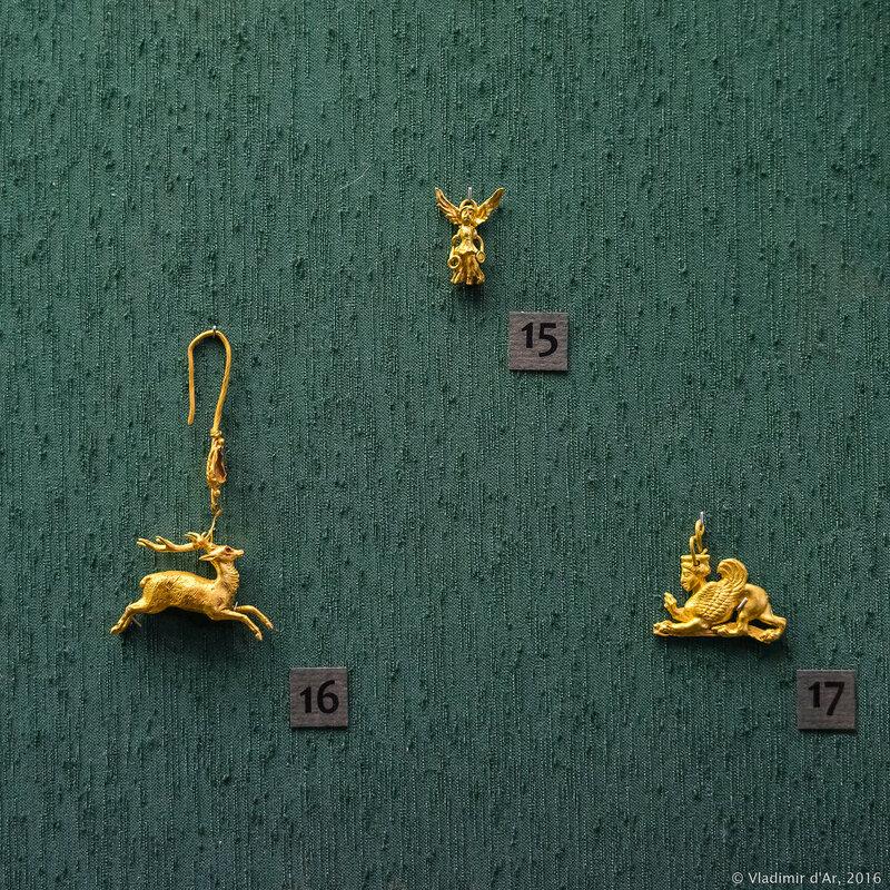 Подвески и серьга в виде скачущего оленя. Золото.