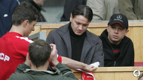 Дмитрий Аленичев раздает автографы на трибуне