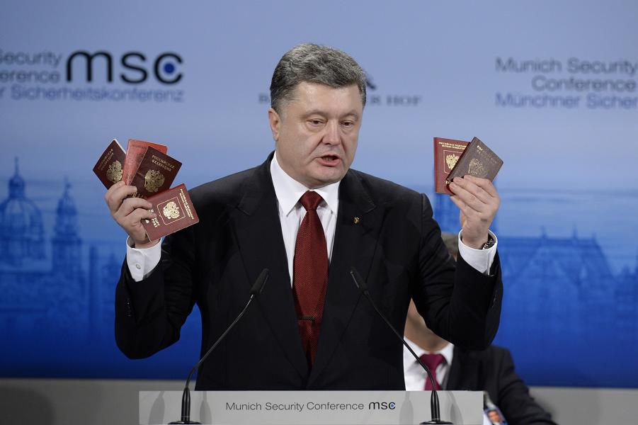 Порошенко на Мюнхенской конференции с паспортами.png