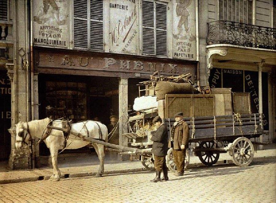 6 Déménagement devant une boutique de maroquinerie, en 1917 Autochrome de Paul Castelnau (Reims).jpg