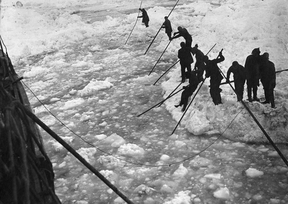 5. Экипаж пытается расчистить путь во льдах для «Эндьюранса».