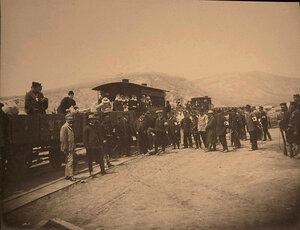 Медицинский персонал, священнослужители,местные жители на станции у железнодорожного эшелона.