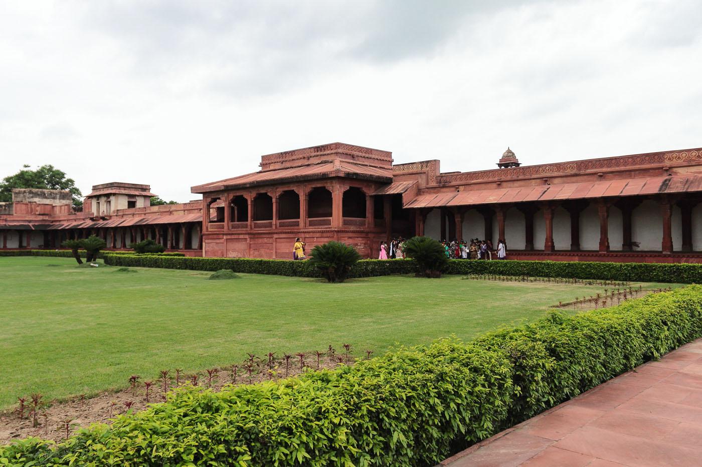 Фотография 5. Поездка из Джайпура в Агру. Первый внутренний двор. Отзывы туристов о путешествии в Индию.