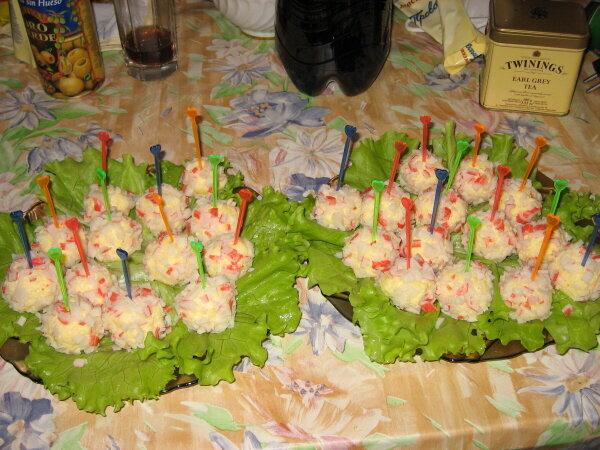 Как сделать шарики из сыра и крабовых палочек