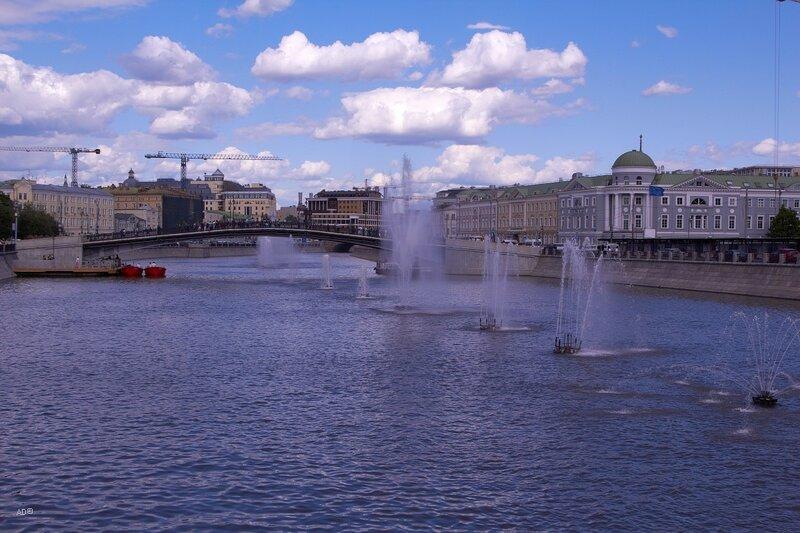 Фонтаны на Водоотводном канале у пешеходного Третьяковского моста (мост поцелуев)