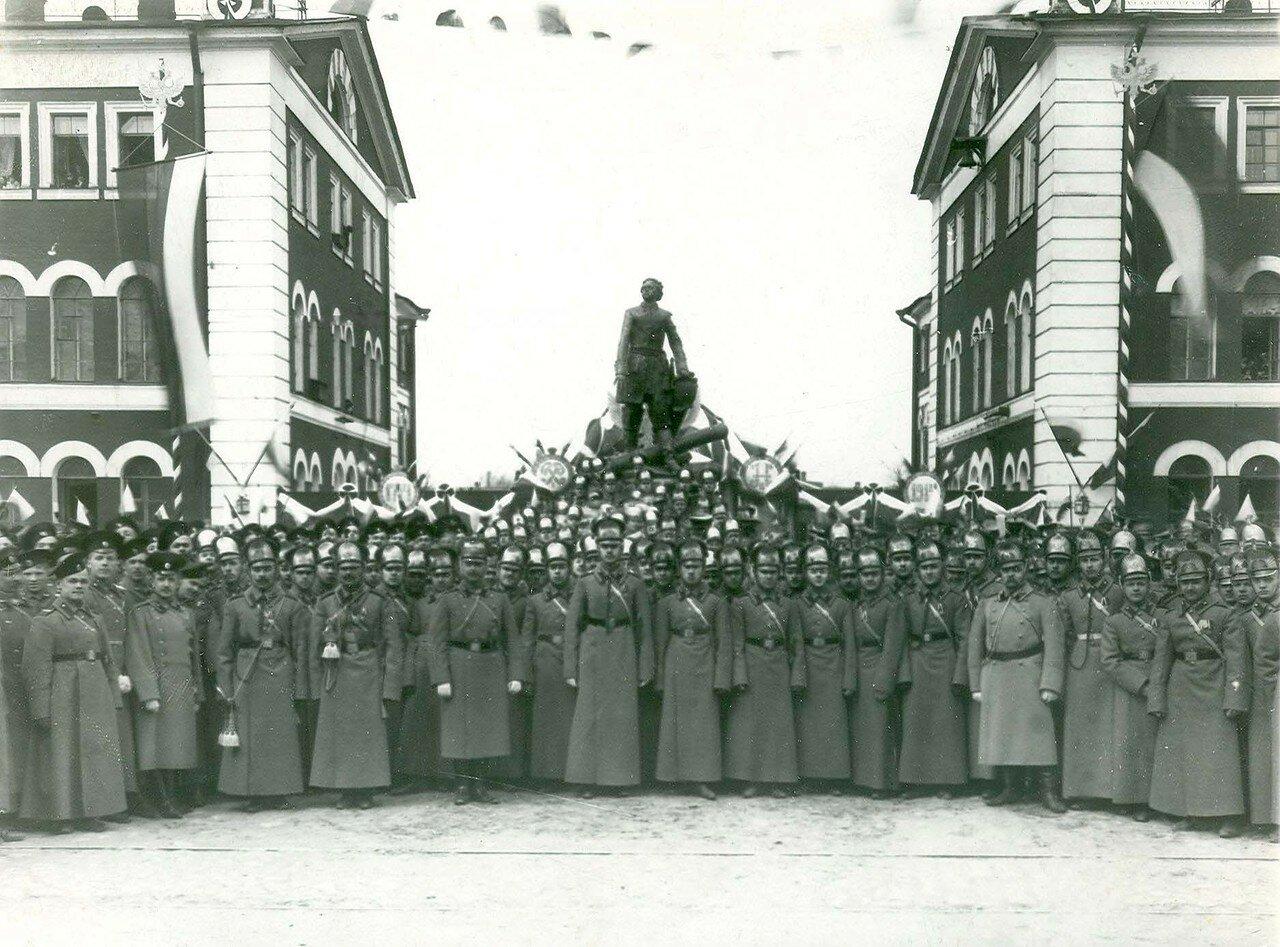 10. Группа участников парада в день 200-летия Арсенала у памятника Петру I. 21 апреля 1914