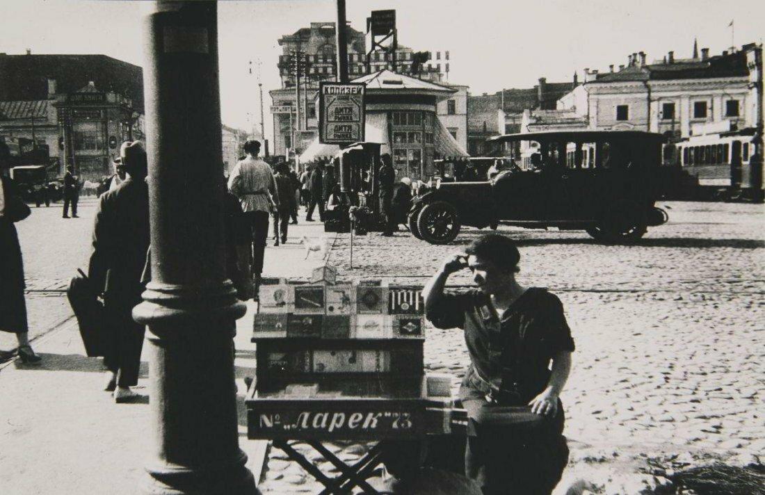 1926. Папиросница на Страстной площади