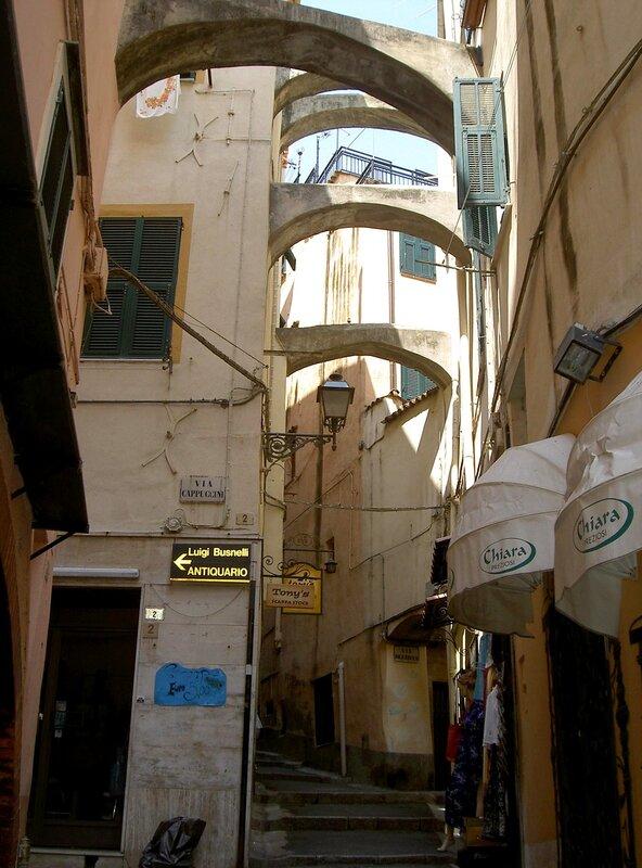 Старинная улочка Сан Ремо.