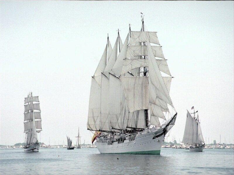 Виды яхт, огромных парусников и кораблей. Все это в архиве. Можно