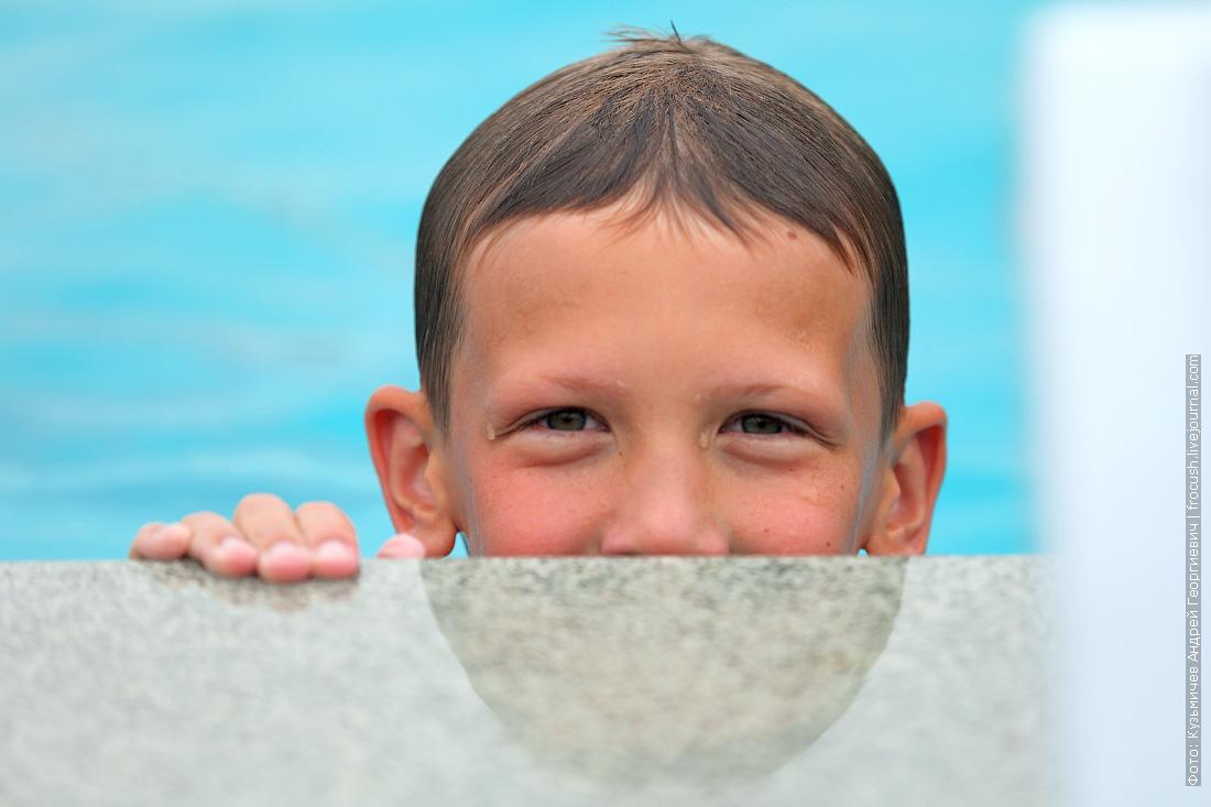 ребенок в бассейне лагеря Жемчужина России