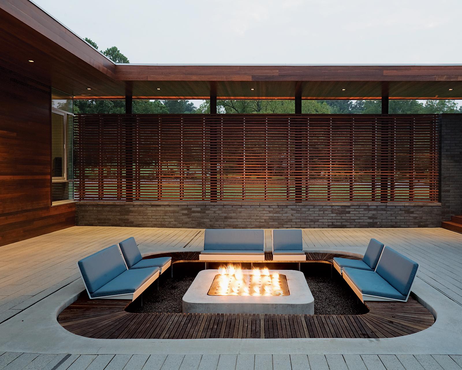 Открытый камин в интерьере террасы или двора