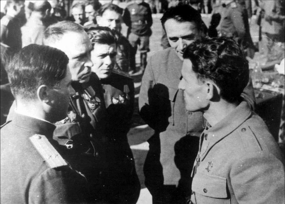 Генерал-лейтенант В.И. Жданов и генерал НОАЮ Пеко Дапчевич в освобожденном Белграде.jpeg