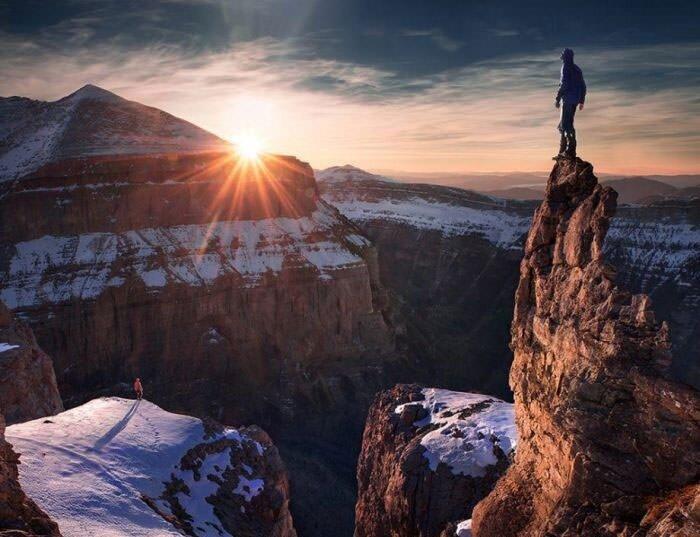 на горе человек фото