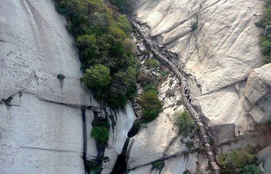 8. В некоторых местах местные жители также вырезали ступеньки прямо в стене горы.