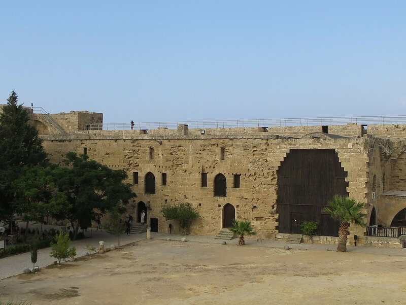 Постройки вдоль восточной стены