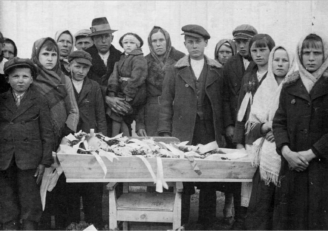Группа ссыльных поляков на похоронах Тадеуша Кондзёлки. 1940-е, г. Березовский, Свердловская область