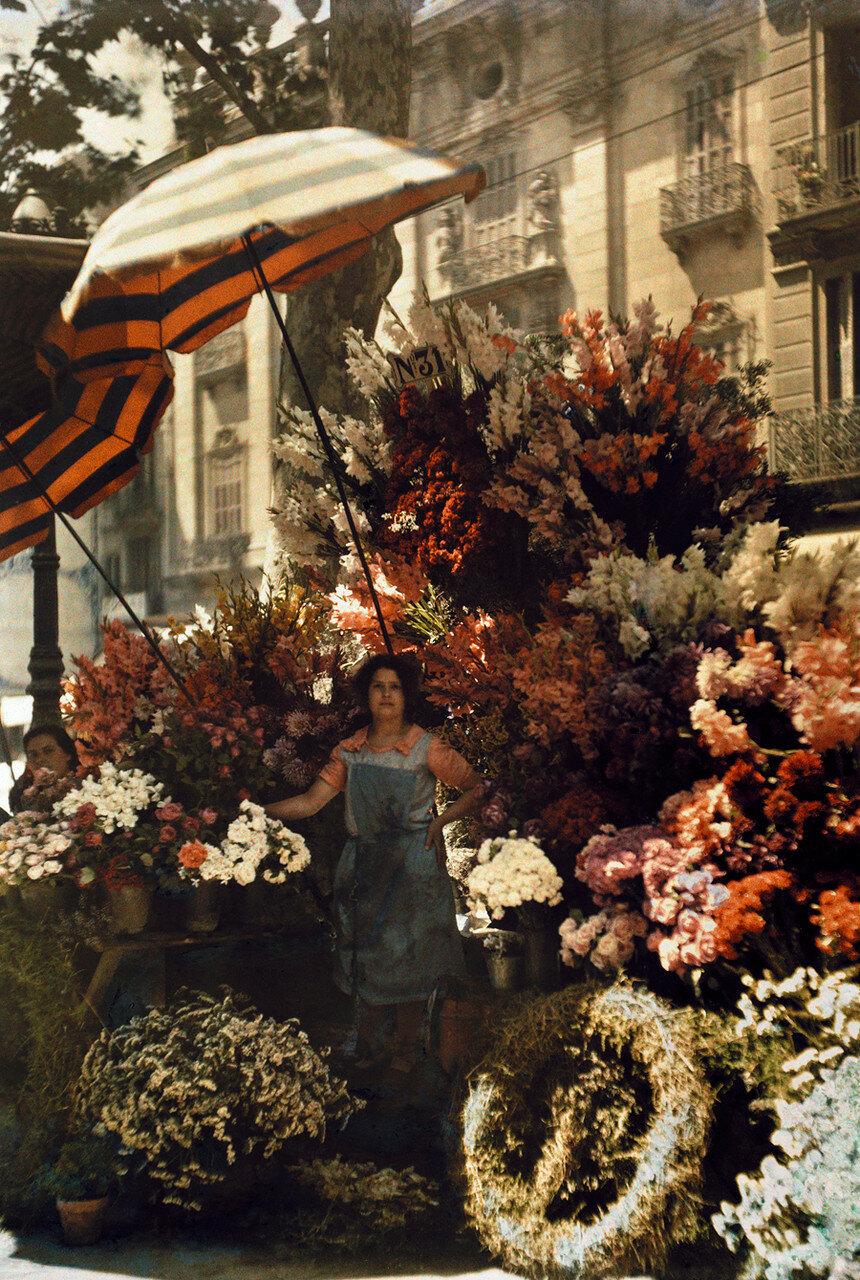 1929. Испания. Продавщица цветов на улице Рамбла. Барселона