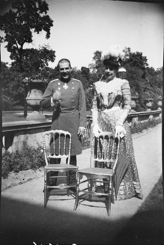 Королева Виктория с неизвестным мужчиной в военной форме, 1900