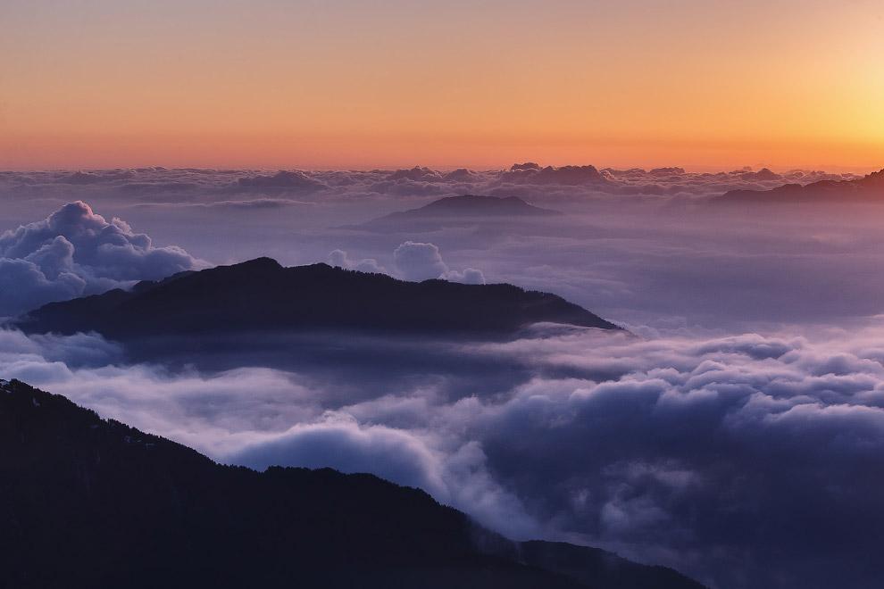14. Купаясь в океане облаков.