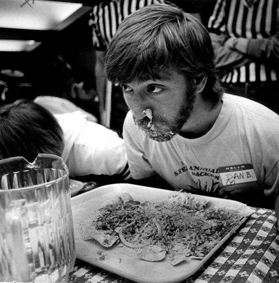 19. 13 апреля 1984 года. Дэн Блюмштейн ест во время конкурса Альфреда Пэкера.