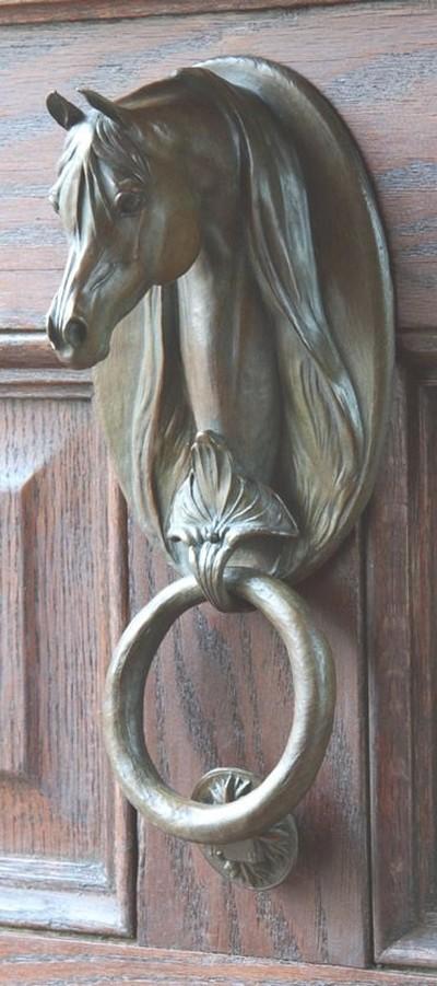 14. Лошадь Изысканная ручка в виде лошади и круглого кнокера.