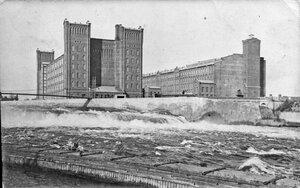 Вид с северо-востока на Георгиевскую (на Георгиевском острове) и Йоаласкую (на левом берегу Наровы) фабрики