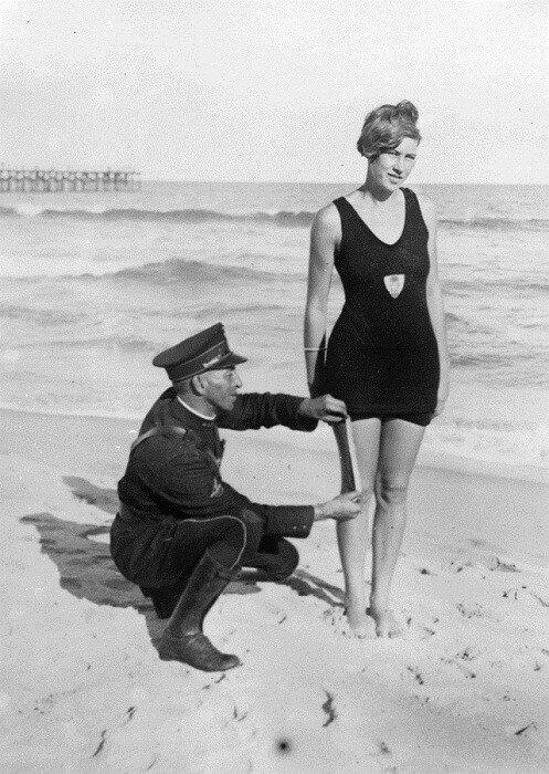 Полицейский проверяет длину купальника