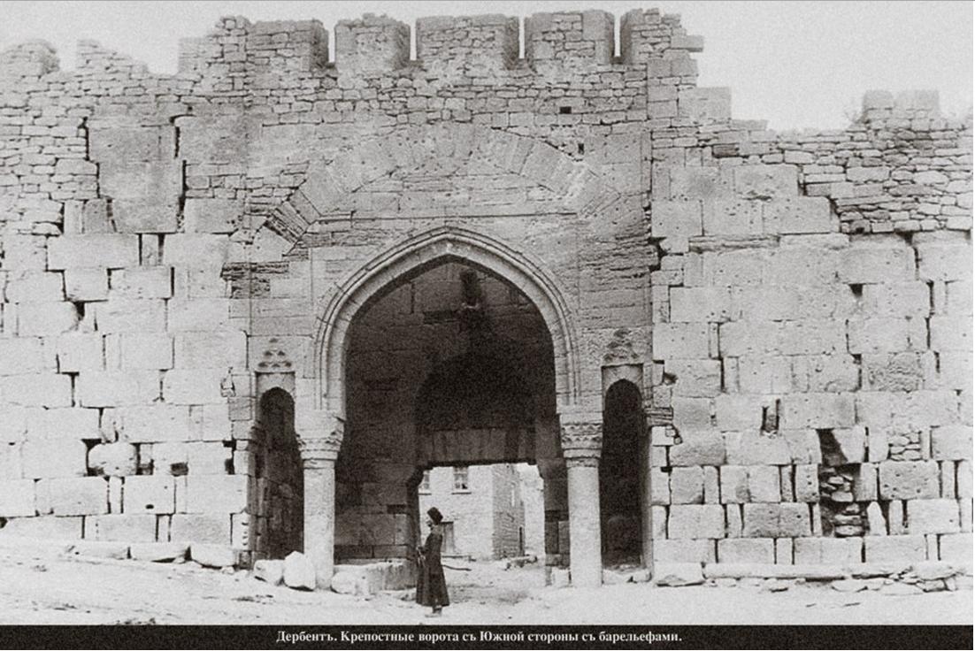 Крепостные ворота с южной стороны с барельефами