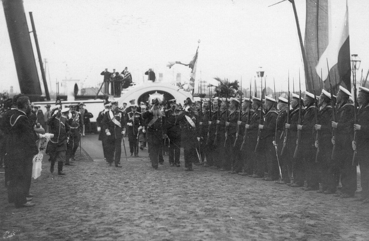 20. Император Николай II и сопровождающие его лица обходят почетный караул моряков крейсера «Память Азова»