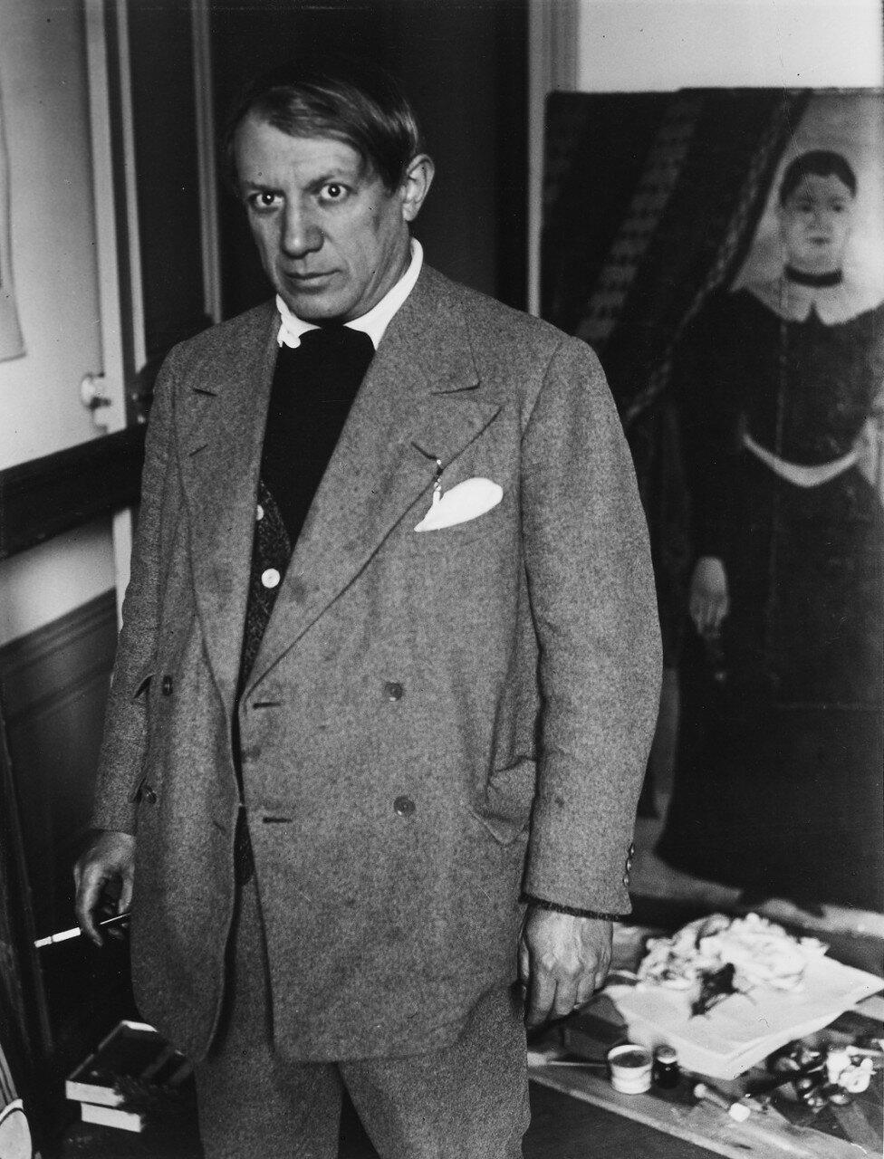 1932. Пикассо на фоне портрета «Ядвига» Руссо в мастерской на улице Боэси
