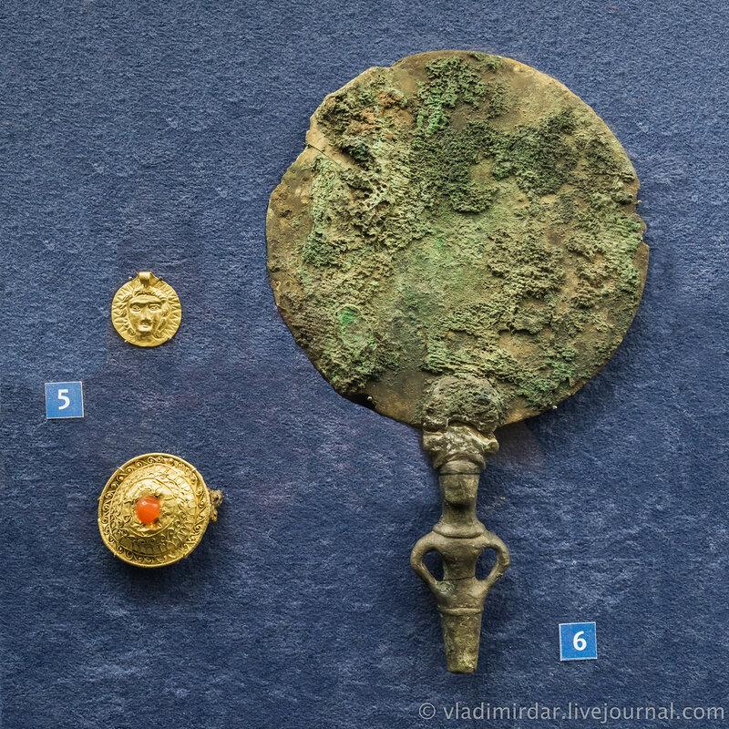 Медальон с изображением Гелиоса. Фибула-брошь. Золото; Бронзовое зеркало с ручкой в виде мужской фигурки.