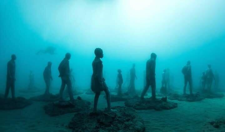 Скульптуры людей под водой на Канарах