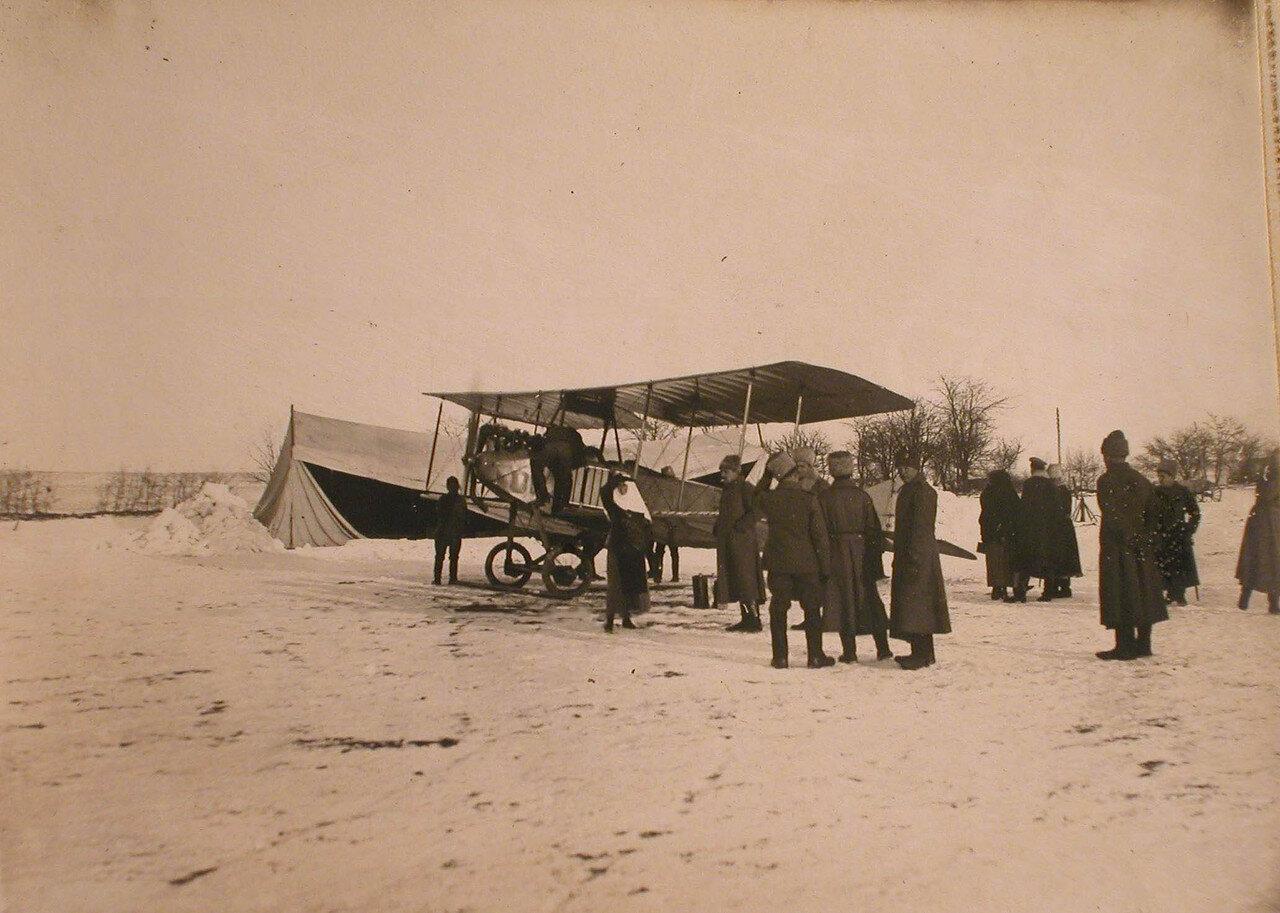 20. Офицеры отряда у самолета на аэродроме