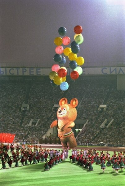 Закрытие Олимпийских игр. Мишка улетает. Автор Мусаэльян Владимир, 1980.jpg