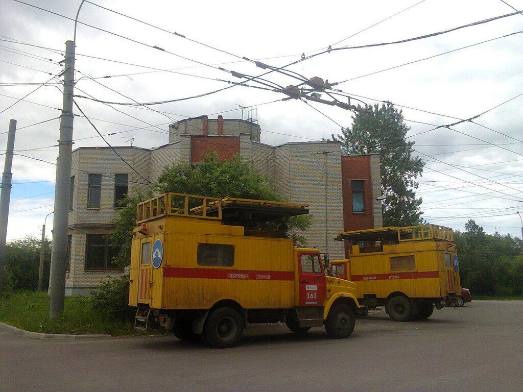 Аварийные службы электротранспортных предприятий применяют вертикальные автовышки на базе грузовых автомобилей ЗИЛ. Троллейбусное кольцо на улице Васи Алексеева (Кировский район Санкт-Петербурга), июль 2017 года.