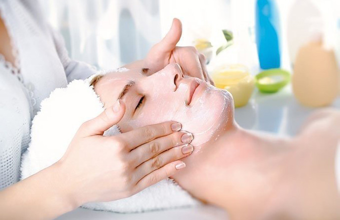 Американские косметологи вместо крема для лица используют грудное молоко