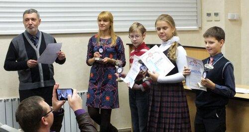 Александр Штерн награждает победителей олимпиады