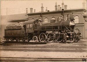 Железнодорожный служащий у паровоза.