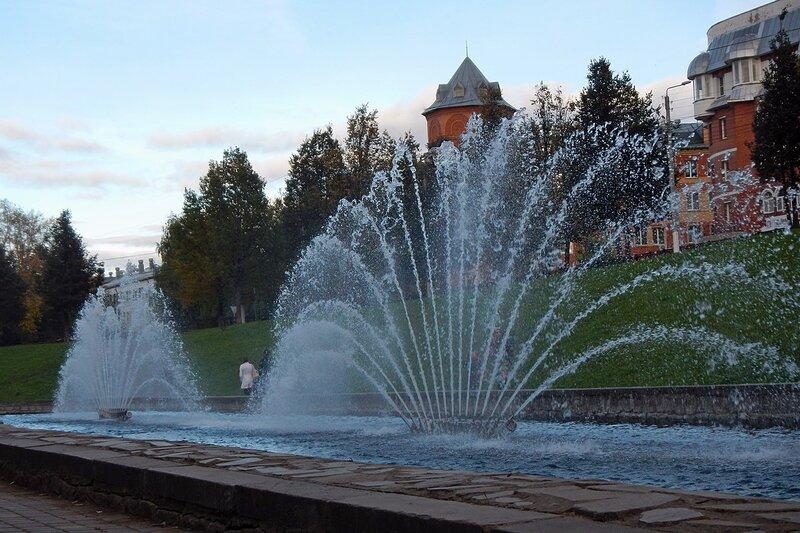 Музыкальный фонтан в сквере им 60-летия СССР (овраг Засора). На фоне за деревьями башенка жилого дома