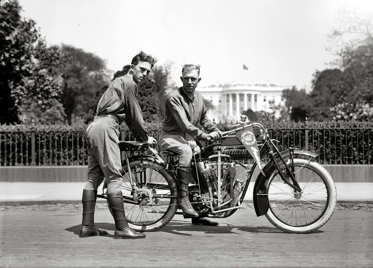 Американские спортсмены - мотоциклисты у Белого дома (Вашингтон, 1915 год)