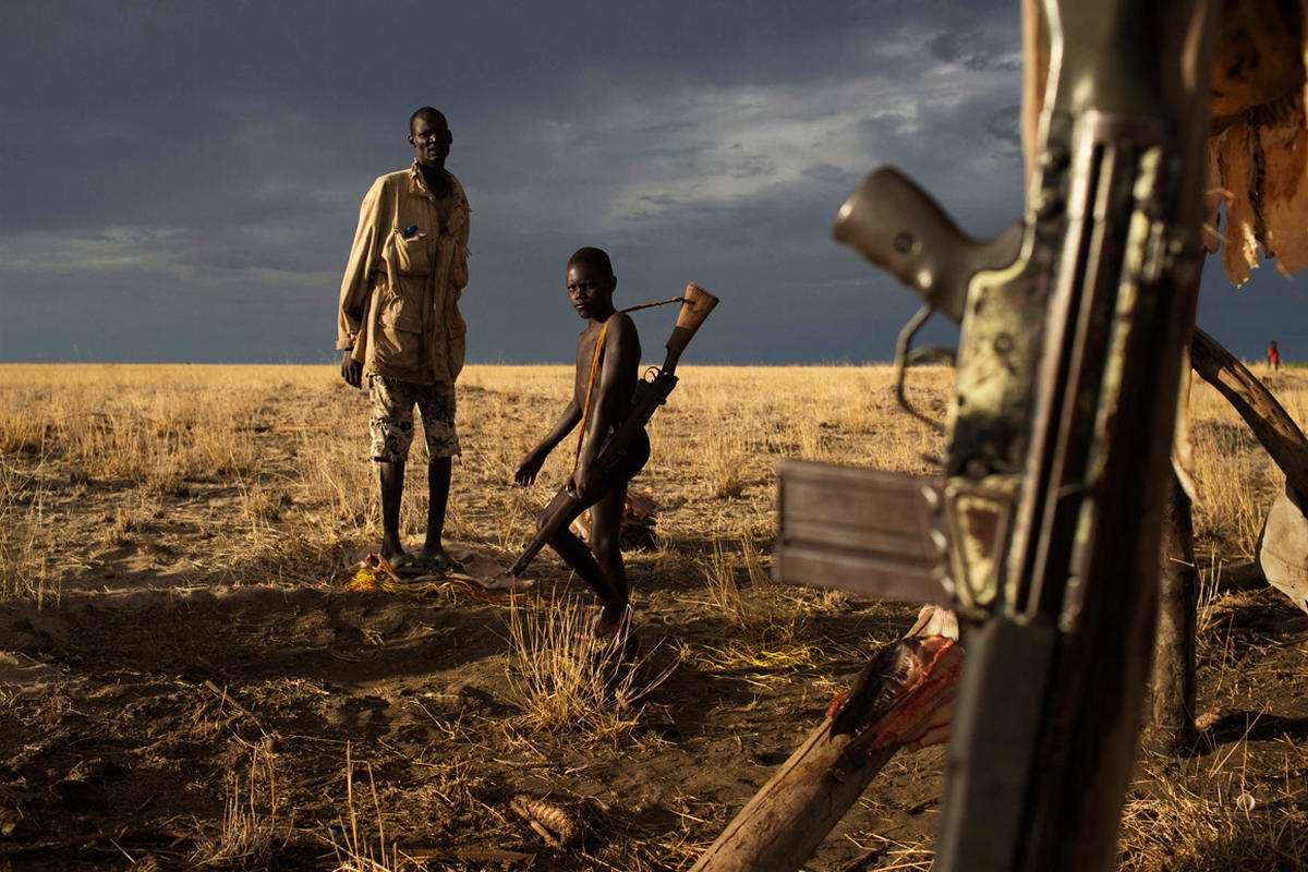 Над Африкой сумрачное небо: Без штанов, но с винтовкой в руках