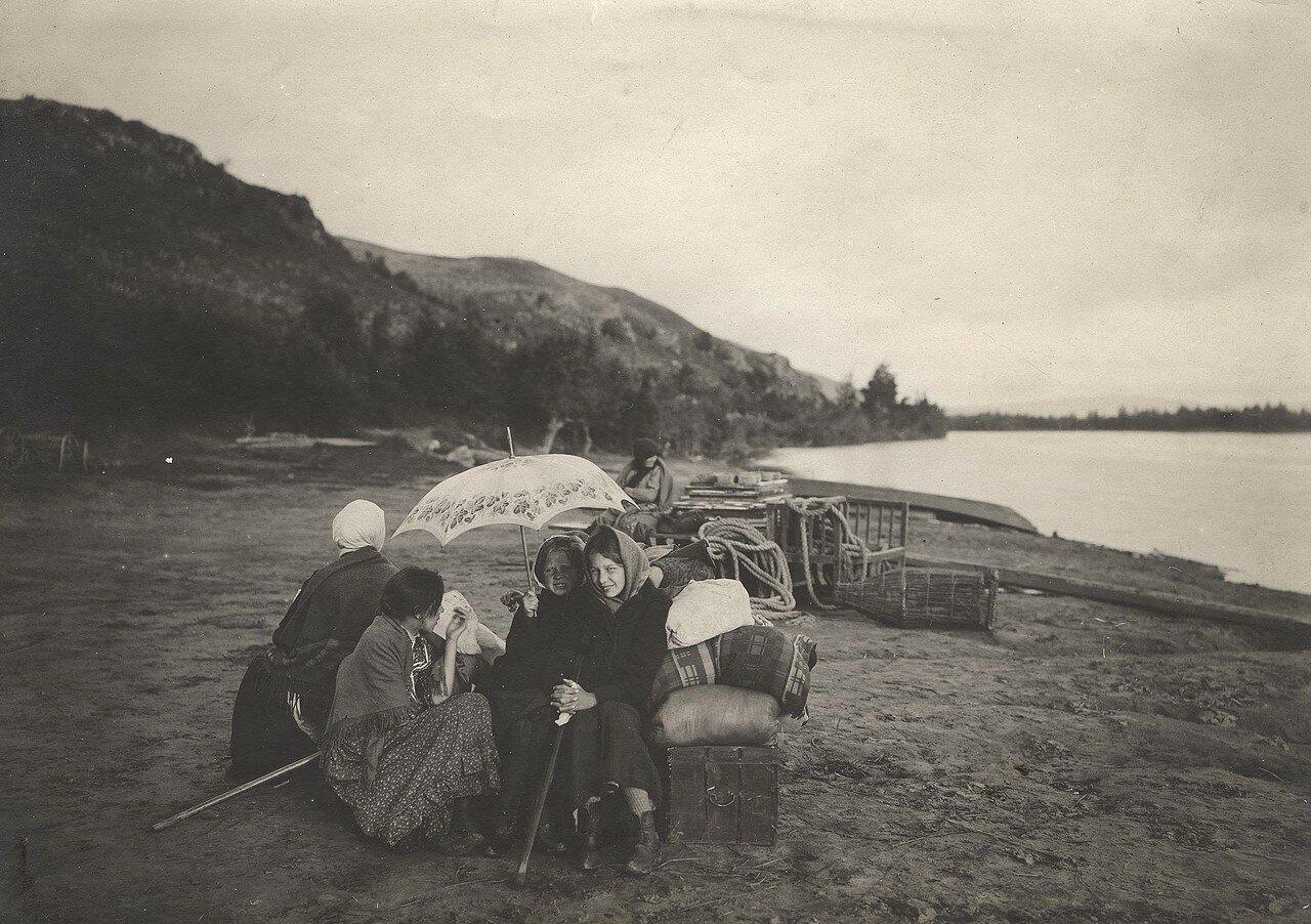 В ожидании парохода на пристани Батени Минусинский уезд, река Енисей у с. Батени, н. 1900-х годов