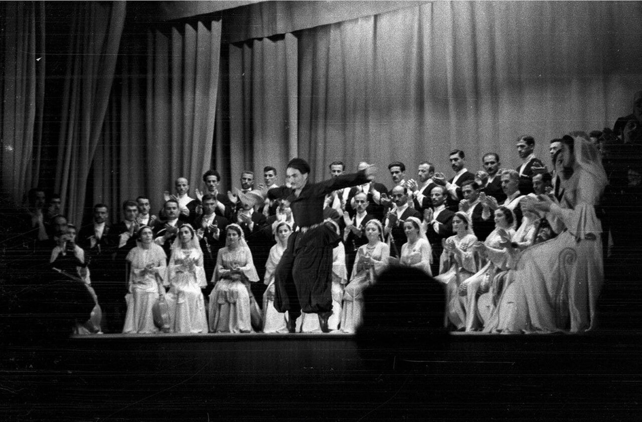 37. Группа актеров в театре